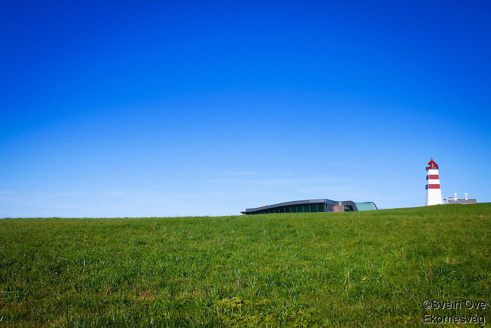 Alnes Fyr og opplevelsessenter. Det nye opplevelsessenteret og kunstgalleriet er tegnet av Sandbakk & Pettersen Arkitekter.