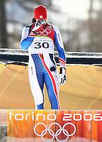 Olympia 20. Olympische Winterspiele 2006 Turin Abfahrt Herren Antoine Deneriaz (FRA) weint vor Freude bei der Siegerehrung nach seinem Sieg