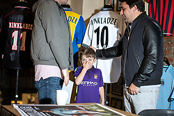 © Licensed to London News Pictures . 29/10/2018. Manchester , UK . Former Manchester City footballer GEORGI KINKLADZE (r) meets GEORGE CLOUGH (six, centre), who is named after Kinkladze , and George's father , MATT CLOUGH (29, left, from Sale) . Georgi Kinkladze signs shirts and posters and meets fans at the Classic Football Shirts shop in Barton Arcade in Manchester City Centre . Photo credit : Joel Goodman/LNP