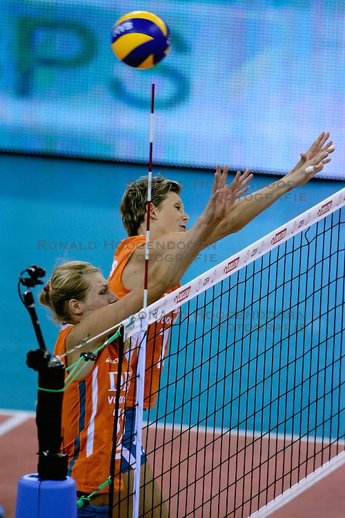 27-09-2009 VOLLEYBAL: EUROPEES KAMPIOENSCHAP NEDERLAND - POLEN: LODZ<br /> De Nederlandse volleybalsters zijn vooralsnog onklopbaar op het EK. Na de ruime zeges op Kroatie en Spanje werd ook gastland Polen met grote overmacht opzij geschoven: 25-18, 25-13, 25-23 / Ingrid Visser en Manon Flier<br /> &copy;2009-WWW.FOTOHOOGENDOORN.NL