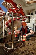 Die Doktorandin Svenja Kruse von der Abteilung für Biologische Ozeanographie des Alfred-Wegener-Instituts für Polar- und Meeresforschung in Bremerhaven leert die einzelnen Fangbehälter des Multinetzes. Dieser Fang kam aus 1000 m Tiefe. | research | Deep Sea plankton | Tiefsee Plankton | Multinetz | Forschung