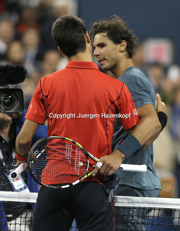 US Open 2013, USTA Billie Jean King National Tennis Center, Flushing Meadows, New York,<br /> ITF Grand Slam Tennis Tournament,Herren Endspiel,Finale,<br /> L-R. Novak Djokovic (SRB) gratuliert dem Sieger Rafael Nadal (ESP),<br /> Halbkoerper,Hochformat