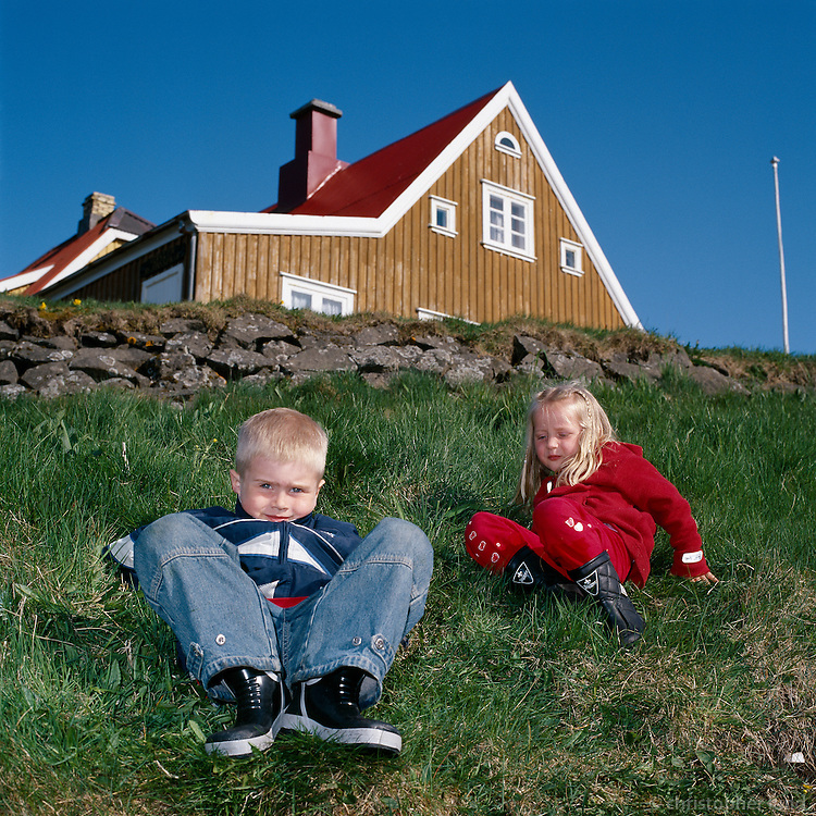 Baldvin Snær og Arndís að leika sér við voginn í Flatey.