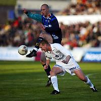 Fotball, 20. april 2002. Tippeligaen, Stabæk v Vålerenga Fotball 0-0. Thomas Finstad, Stabæk, og Knut Henry Haraldsen, Vålerenga.