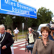 NLD/Hilversum/20070817 - Straten rond het Mediapark Hilversum vernoemd, Mies Bouwman onthult haar boulevard