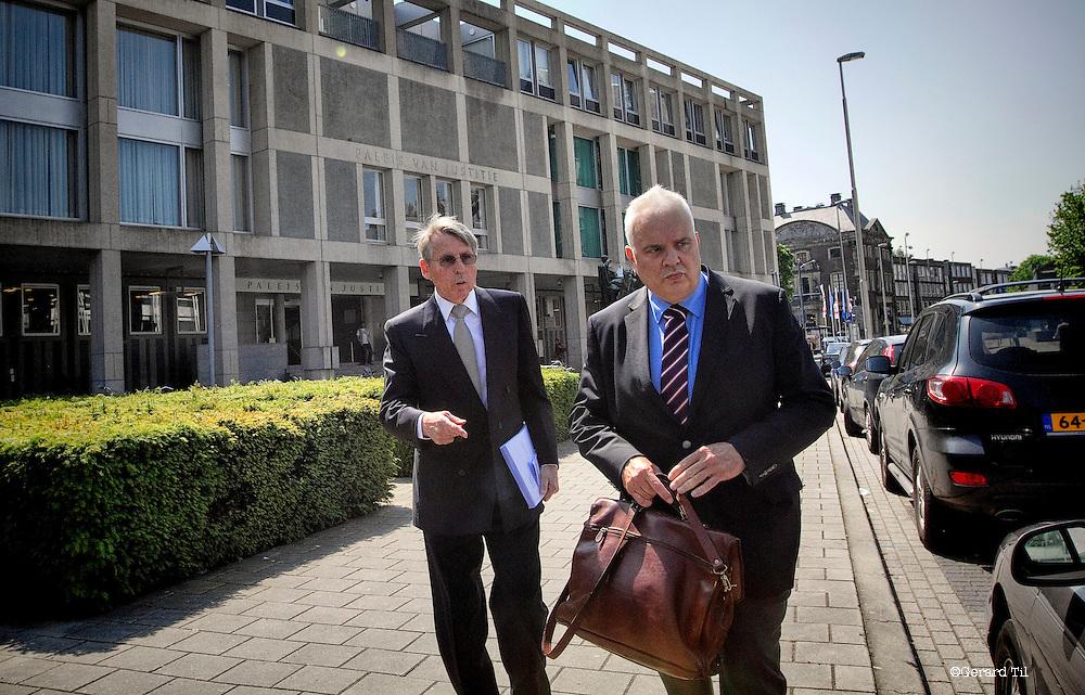 Nederland,Arnhem,24-05-2012 John  Deuss (L) verlaat met zijn advocaat de rechtbank na afloop van het vonnis.  FOTO: Gerard Til / Hollandse Hoogte