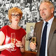 NLD/Amsterdam/20150901 - Cheque overhandiging door Gordon Heuckeroth met opbrengst verkochte producten voor het Diabetesfonds, samen met directeur Hanneke Dessing