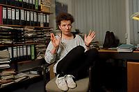 23.04.1999, Deutschland/Bonn:<br /> Angelika Beer, MdB, B90/Grüne, Verteidigungspolitische Sprecherin der BT-Fraktion, während einem Interview in ihrem Büro, Hochhaus Tulpenfeld, Bonn<br /> IMAGE: 19990423-01/02-33