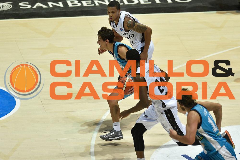 DESCRIZIONE : Bologna Lega A 2015-16 Obiettivo Lavoro Bologna Betaland Capo D&rsquo;Orlando<br /> GIOCATORE : <br /> CATEGORIA : contropiede sequenza<br /> SQUADRA : Obiettivo Lavoro Bologna<br /> EVENTO : Campionato Lega A 2015-2016<br /> GARA : Obiettivo Lavoro Bologna Betaland Capo D&rsquo;Orlando<br /> DATA : 18/10/2015<br /> SPORT : Pallacanestro <br /> AUTORE : Agenzia Ciamillo-Castoria/GiulioCiamillo<br /> Galleria : Lega Basket A 2015-2016<br /> Fotonotizia : Bologna Lega A 2015-16 Obiettivo Lavoro Bologna Betaland Capo D&rsquo;Orlando