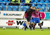 Fotball, 15. oktober 2003, UEFA - cupen, 1 runde, Molde Stadion, Molde-Leiria,  DommerViktor Kasai, Ungarn, perker på straffemerket foran fortvilte Leiria-spillere