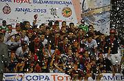 Jogadores do Lanús comemoram a conquista da Copa Sul-Americana 2013 após a vitória por 2 a 0 diante da Ponte Preta, no Estádio La Fortaleza, em Lanús, Buenos Aires, na Argentina, no início da madrugada desta quinta-feira. (Foto: Juani Roncoroni / Brazil Photo Press).
