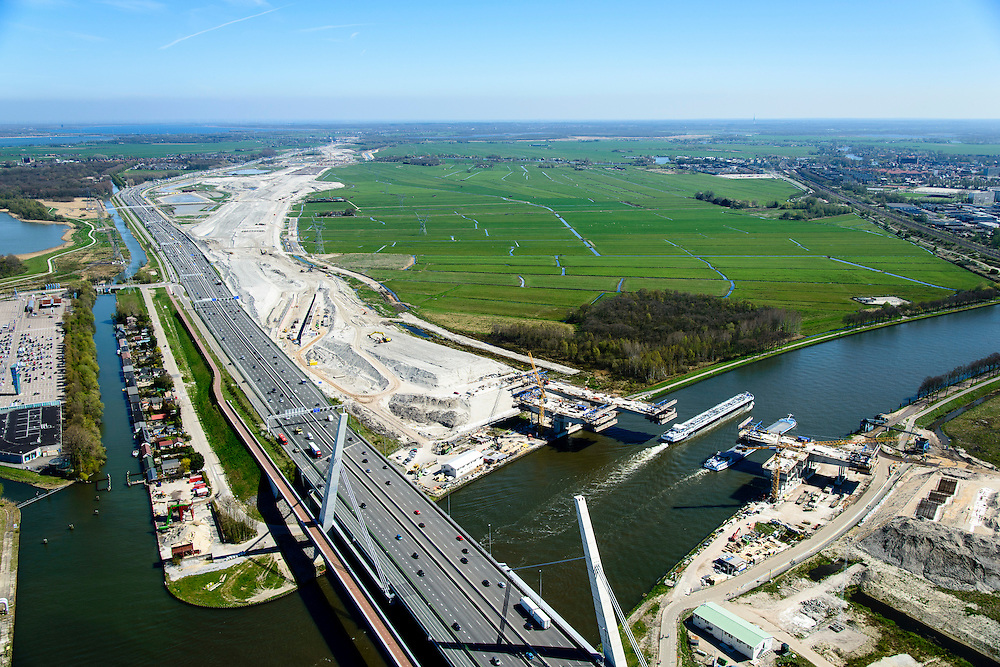Nederland, Noord-Holland, Muiden, 20-04-2015; weguitbreiding Schiphol - Amsterdam - Almere (SAA), verbreding A1, aanleg nieuwe brug over het Amsterdam-Rijnkanaal.<br /> Widening of the motorway A1 Schiphol - Amsterdam - Almere (SAA), construction of new bridge.<br /> <br /> luchtfoto (toeslag op standard tarieven);<br /> aerial photo (additional fee required);<br /> copyright foto/photo Siebe Swart
