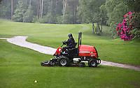 HERKENBOSCH- Greenkeeper aan het werk op Golfbaan Herkenbosch bij Roermond. FOTO KOEN SUYK