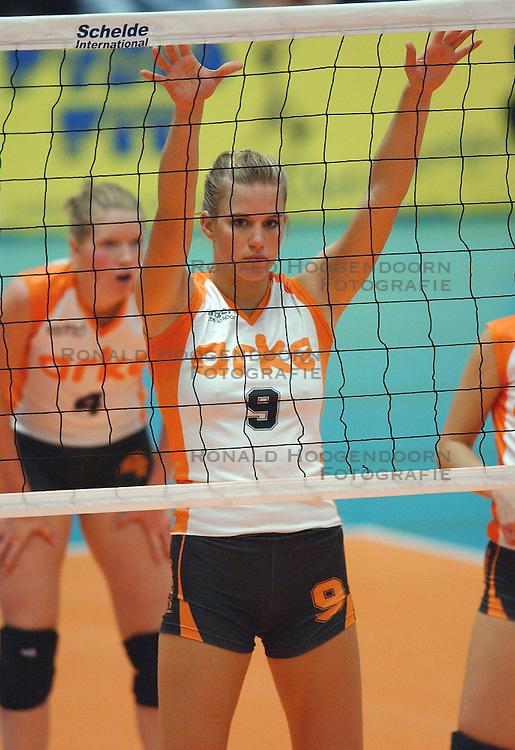 05-10-2003 VOLLEYBAL: SUPERCUP LONGA - ARKE POLLUX: LICHTENVOORDE<br /> Longa wint opnieuw de supercup / Susan van den Heuvel<br /> &copy;2003-WWW.FOTOHOOGENDOORN.NL