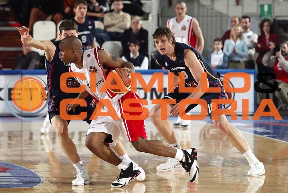 DESCRIZIONE : Varese Lega A1 2005-06 Whirlpool Varese Lottomatica Virtus Roma <br />GIOCATORE : Collins<br />SQUADRA : Whirlpool Varese<br />EVENTO : Campionato Lega A1 2005-2006<br />GARA : Whirlpool Varese Lottomatica Virtus Roma<br />DATA : 24/02/2006<br />CATEGORIA : Palleggio<br />SPORT : Pallacanestro<br />AUTORE : Agenzia Ciamillo-Castoria/S.Ceretti