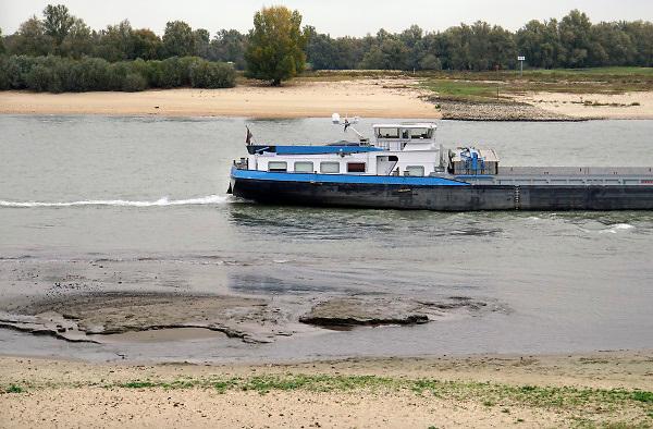 Nederland, the netherlands, Nijmegen, 25-10-2018 Nog nooit stond het water in de Waal zo laag . Binnenvaartschepen varen langs de oever en de ooijpolder. Door de aanhoudende droogte staat het water in de rijn, ijssel en waal extreem laag . Laagterecord en de laagste officiele stand ooit bij Lobith gemeten. Schepen moeten minder lading innemen om niet te diep te komen . Hierdoor is het drukker in de smallere vaargeul . Door te weinig regenval in het stroomgebied van de rijn is het de waterafvoer extreem weinig . Foto: Flip Franssen