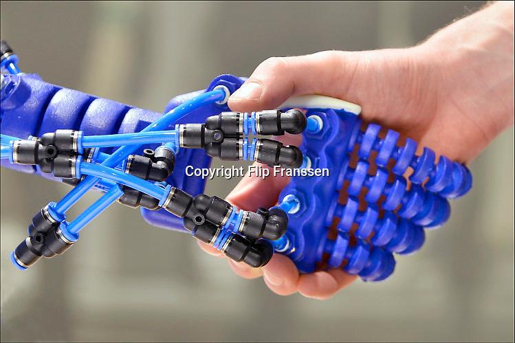 Nederland, Eindhoven, 27-10-2017De Dutch Design Week op Strijp. Op de bijbehorende beurs een onderzoek van de tu Delft naar een robothand. Soft robotics.FOTO: FLIP FRANSSEN