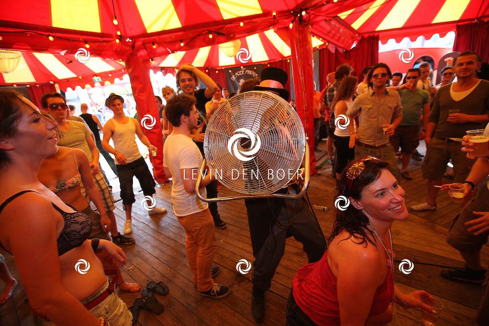 SCHIJNDEL - Paaspop 2011 zaterdag met in de Roze Panter publiek die geniet van een heerlijke verkoeling doormiddel van een grote blazer. FOTO LEVIN DEN BOER - PERSFOTO.NU