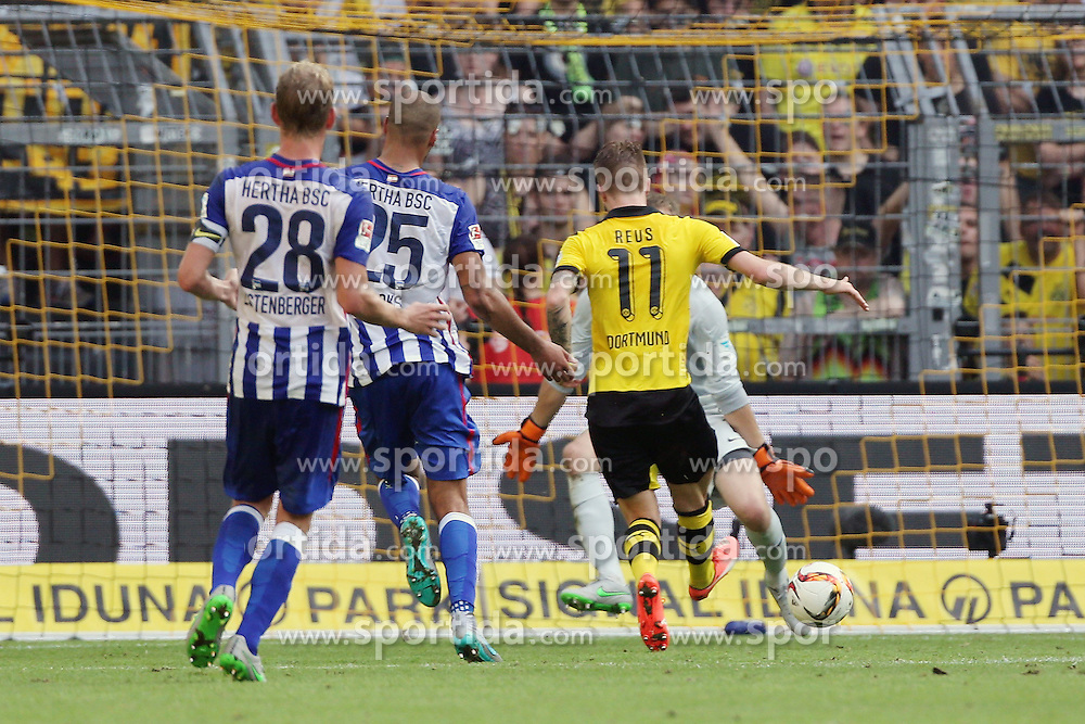 30.08.2015, Signal Iduna Park, Dortmund, GER, 1. FBL, Borussia Dortmund vs Hertha BSC, 3. Runde, im Bild v.l, Fabian Lustenberger (Berlin) und John Anthony Brooks (Berlin) beobachten die Torchance zum 3:0 von Marco Reus (Dortmund), rechts beobachtet Schiedsrichter Guido Winkmann die Situation // during the German Bundesliga 3rd round match between Borussia Dortmund and Hertha BSC at the Signal Iduna Park in Dortmund, Germany on 2015/08/30. EXPA Pictures &copy; 2015, PhotoCredit: EXPA/ Eibner-Pressefoto/ Hommes<br /> <br /> *****ATTENTION - OUT of GER*****