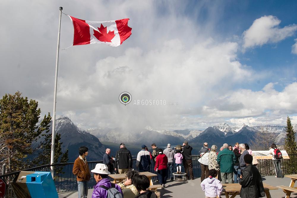 Banff, Alberta, Canada   21/Maio/2005.O topo de Sulphur Mountain e a vista da cidade de Banff e arredores. Area considerada Patrimonio Mundial pela Unesco./ Sulphur Mountain is a mountain in Banff National Park overlooking the town of Banff and surroundings..Foto Marcos Issa/Argosfoto