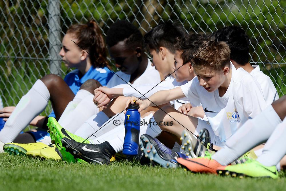 01.04.2017; Zuerich; Fussball Junioren - FCZ Uetliberg FE-14 - FCO Thurgau - Spieler waehrend der Pause<br /> (Steffen Schmidt/freshfocus)