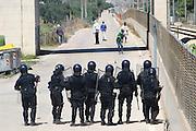 BARI, 1 AGO - Alcune centinaia di immigrati ospiti del Cara di Bari hanno bloccato strade e binari nei pressi del Centro di accoglienza per protesta contro le lungaggini burocratiche che ritarderebbero il rilascio dello status di rifugiati. I migranti hanno bloccato la Statale 16 bis in entrambe le direzioni di marcia e stanno causando disagi alla circolazione dei treni. Sul posto stanno confluendo in numero massiccio le forze dell'ordine. Cancellati dalle Ferrovie dello Stato dieci treni regionali; ritardi per sei convogli a lunga percorrenza carica immigrati