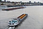 Nederland, Nijmegen, 5-5-2014Binnenvaartschip, een vierbaks duwcombinatie, met kolen en ijzererts vaart over de Waal bij Nijmegen. Op de voorgrond vaart een schip met buizen voor een pijpleiding.Foto: Flip Franssen/Hollandse Hoogte