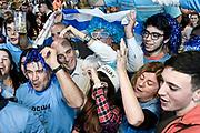 20180620/ Javier Calvelo - adhocFOTOS/  MONTEVIDEO/  La selecci&oacute;n de futbol de Uruguay juega su segundo partido frente a Arabia Saudita por la primera fase del grupo A en el estadio Rostov Arena de Rostov del Don, en el Mundial FIFA Rusia 2018. En Montevideo los hinchas Uruguayos se congregan en diferentes lugares para ver el encuentro. En el Mercado Agr&iacute;cola de Montevideo los hinchas en la plaza de comidas miran el partido frente a una pantalla gigante.<br /> En la foto: Daniel Martinez, intendente de Montevideo, entre los hinchas de Uruguay miran por tv el encuentro ante Arabia Saudita, por el Mundial FIFA Rusia 2018, en el Mercado Agr&iacute;cola de Montevideo. Foto: Javier Calvelo / adhocFOTOS