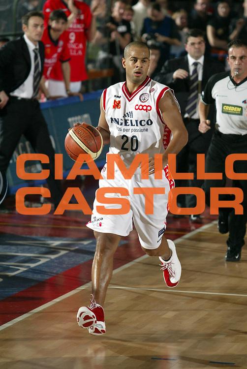 DESCRIZIONE : Biella Lega A1 2005-06 Angelico Biella Benetton Treviso <br />GIOCATORE : Smith<br />SQUADRA : Angelico Biella<br />EVENTO : Campionato Lega A1 2005-2006<br />GARA : Angelico Biella Benetton Treviso<br />DATA : 12/02/2006<br />CATEGORIA : Palleggio<br />SPORT : Pallacanestro<br />AUTORE : Agenzia Ciamillo-Castoria/S.Ceretti