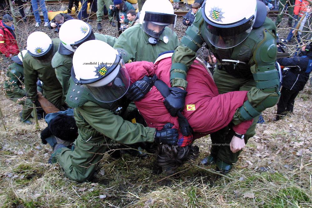 Ein Atomkraftgegner, der an einer Sitzblockade bei Wendisch Evern teilnahm, wird von Polizisten zu Boden getrückt