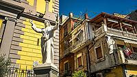 Santa Maria di Piedigrotta, eglise du XIVe siecle.Quartier de Pedigrotta<br /> <br /> Naples fut d'abord fondee au cours du viiesiecle avant notre ere sous le nom de Parthenope par la colonie grecque de Cumes. <br /> Ce premier etablissement fut appele Palaiopolis (la ville ancienne). <br /> Lorsqu'une seconde ville fut fondee vers 500 avant notre ere par de nouveaux colons, cette nouvelle fondation fut appelee Neapolis (nouvelle ville).<br /> Alliee de Rome au ivesiecle av.J.-C., la ville conserve longtemps sa culture grecque et restera la ville la plus peuplee de la botte italique et sans aucun doute sa veritable capitale culturelle.<br /> Elle remplaça Capoue comme capitale de la Campanie apres la bataille de Zama, a la suite de la confiscation de citoyennete et des territoires de cette derniere, par son alliance avec Hannibal avant la bataille de Cannes.<br /> Naples possede ainsi l'une des plus grandes concentrations au monde de ressources culturelles et de monuments historiques, jalonnant 2800 ans d'histoire. <br /> Dans le centre historique, inscrit sur la liste du patrimoine mondial de l'Unesco, se rencontrent notamment 448 eglises historiques ainsi que d'innombrables palais historiques, fontaines, vestiges antiques, villas, residences royales.