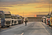 Nederland, Rotterdam, 12-5-2017Door de economische groei is er een tekort aan vrachtwagenchauffeurs.Hier een parkeerplaats met wegrestaurant voor chauffeurs op de Maasvlakte.Foto: Flip Franssen