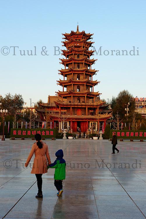 Chine, Province du Gansu, Zhangye, pagode en bois sur la place principal, gymnastique matinale // China, Gansu Province, Zhangye, wooden pagoda on the main square, morning excecices