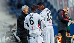 20.10.2016, Red Bull Arena, Salzburg, AUT, UEFA EL, FC Red Bull Salzburg vs OGC Nizza, Gruppe I, im Bild Coach Lucien Favre (OGC Nice), Jean Michel Seri (OGC Nice), Wylan Cyprien (OGC Nice) // during the UEFA Europa League group I match between FC Red Bull Salzburg and OGC Nizza at the Red Bull Arena in Salzburg, Austria on 2016/10/20. EXPA Pictures © 2016, PhotoCredit: EXPA/ JFK