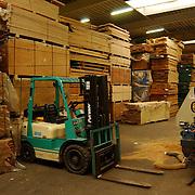 Bax Houthandel Harselaarseweg 75 Barneveld.heftruck, hal, fabriek, import, export, bomen, snippers, vuil, grond, werk, milieu, opslag,