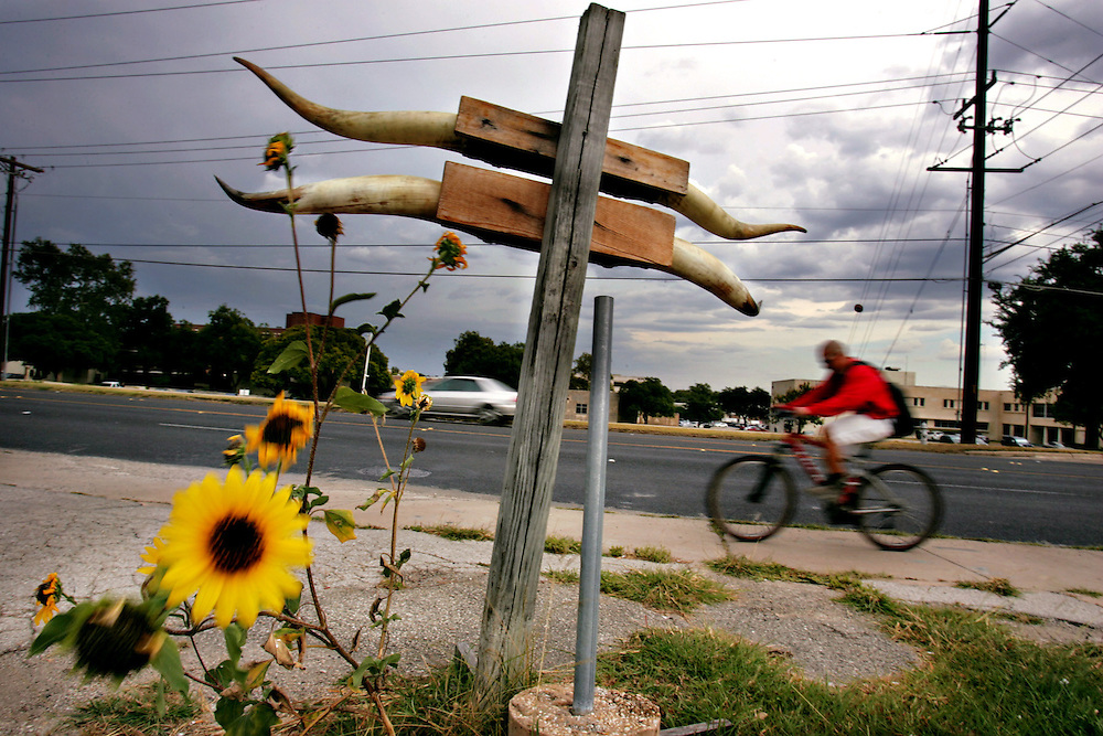 Xavier Mascareñas/Austin American-Statesman; Tony Gomez rides north on Lamar Boulevard to head home after working at his construction job as a painter at the Wells Fargo building Downtown on July 14, 2008.