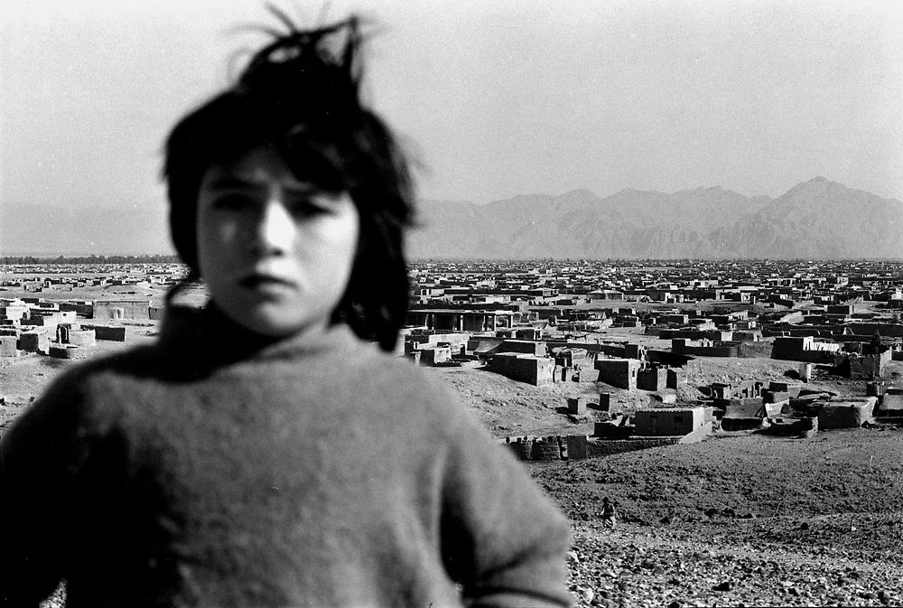 AFGHANISTAN 1996 - UNDER TALIBAN;HERE: JALALABAD - a girl in front of Sarshahi refugee camp; HIER:Fluechtlingslager SARSHAHI CAMP an der Grenze zu Pakistan.Maedchen auf einer Anhoehe;<br /> coypright: Christian Jungeblodt