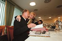 12 JAN 2001, WOERLITZ/GERMANY:<br /> Juergen Trittin (L), B90/Gruene, Bundesumweltminister, und Claudia Roth, MdB, B90/Gruene, im Gespraech, vor BEGINN DER Klausurtagung der Bundestagsfraktion Buendnis 90 / Die Gruenen<br /> IMAGE: 20010112-01/02-09<br /> KEYWORDS: Klausur, Grüne, Gespräch, Jürgen Trittin