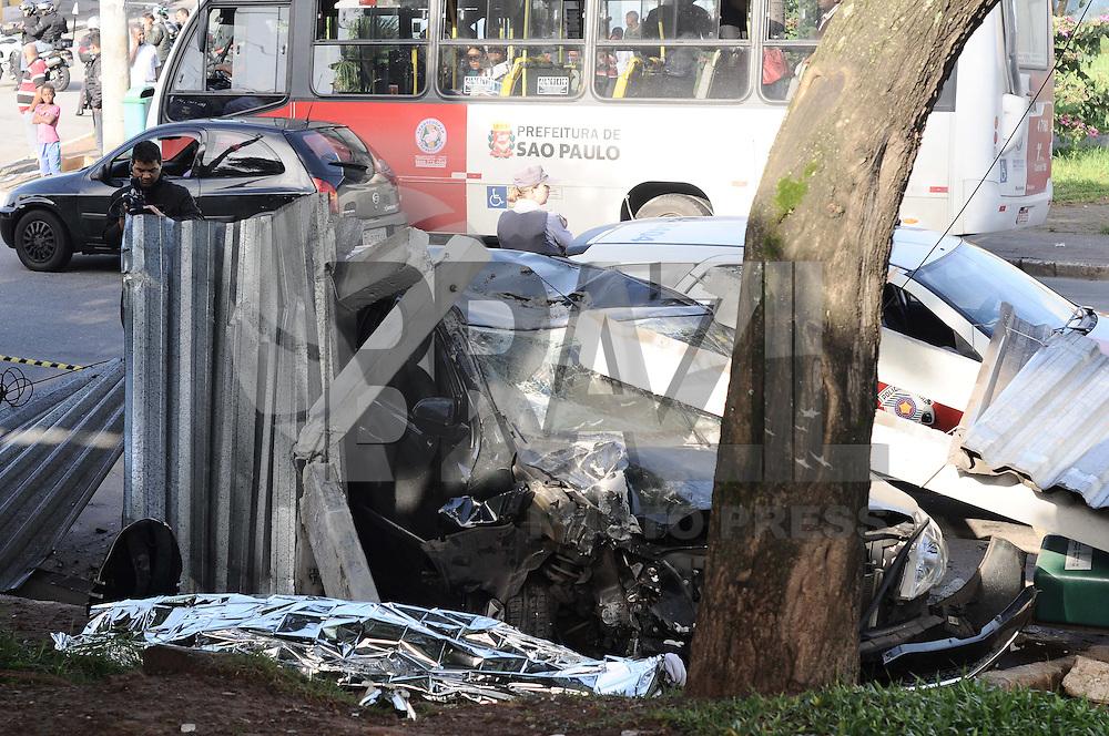 SAO PAULO, SP, 15 DE ABRIL 2013 - Um carro roubado sendo perseguido pela Policia Militar pedeu o controle e bateu no ponto de onibus bairro Cidade Tiradentes Zona Leste atingindo duas pessoas sendo que um morreu no local e outra no PS ,o suspeito foi preso no local e levado ao 54 Distrito Policial. (FOTO: ADRIANO LIMA / BRAZIL PHOTO PRESS).