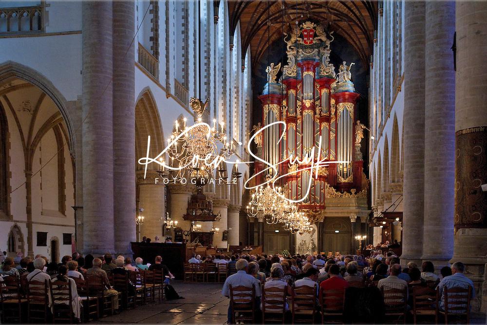 HAARLEM - Het beroemde orgel in de Haarlemse Grote Kerk of St. Bavo. Vanuit het schip van de Grote of Sint-Bavokerk heeft men een prachtig uitzicht op het Müllerorgel, het gigantische pijporgel dat tussen 1735 en 1738 werd gebouwd door de uit Duitsland afkomstige Christian Müller. De met bladgoud versierde, houten orgelkast is gemaakt door Jan van Logteren. Bij zijn voltooiing was het orgel het grootste ter wereld. Het heeft 62 stemmen en ongeveer vijfduizend pijpen, de kleinste daarvan hebben het formaat van een potlood, de grootste zijn ruim zevenendertig centimeter in doorsnede en ruim tien meter lang.<br /> <br /> Veel beroemde personen hebben op het orgel gespeeld, waaronder Mendelssohn, Händel en de tien jaar oude Mozart in 1766. COPYRIGHT KOEN SUYK