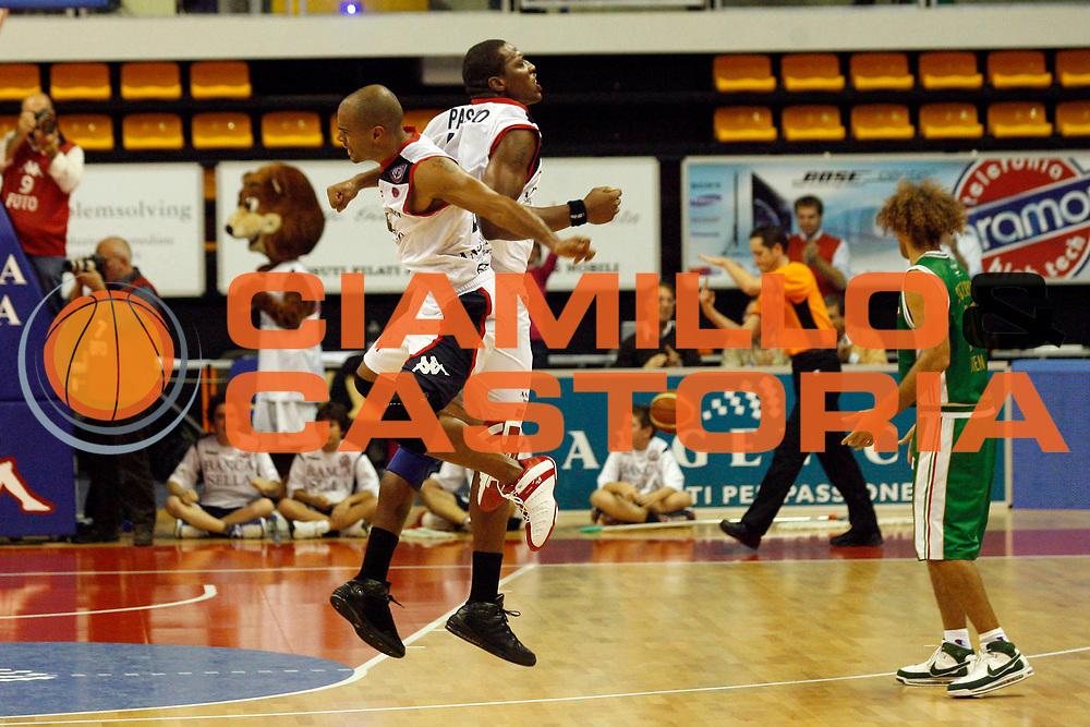 DESCRIZIONE : Biella Lega A 2009-10 Angelico Biella Montepaschi Siena<br /> GIOCATORE : Joe Smith Pasco Pervis<br /> SQUADRA : Angelico Biella<br /> EVENTO : Campionato Lega A 2009-2010<br /> GARA : Angelico Biella Montepaschi Siena<br /> DATA : 15/11/2009<br /> CATEGORIA : esultanza<br /> SPORT : Pallacanestro<br /> AUTORE : Agenzia Ciamillo-Castoria/E.Pozzo<br /> Galleria : Lega Basket A 2009-2010<br /> Fotonotizia : Biella Campionato Italiano Lega A 2009-2010 Angelico Biella Montepaschi Siena<br /> Predefinita :