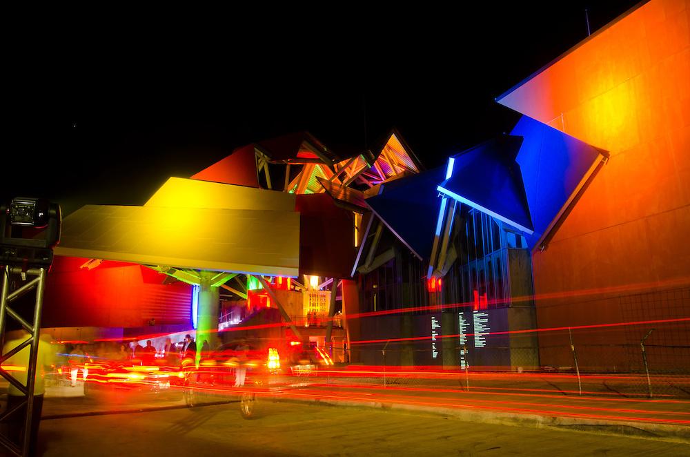 BIOMUSEO - Designed by Frank Gehry - La noche de las mil luces.<br /> Amador, Panama 29-01-2013<br /> Photography by Aaron Sosa<br /> <br /> El edificio Puente de Vida está localizado en el área de Amador de la Ciudad de Panamá, en la punta de un causeway en la entrada Pacífica del Canal de Panamá. Ésta localización privilegiada está a pocas cuadras del principal puerto de cruceros en Panamá, y está a minutos del Parque Nacional Soberanía, un suntuoso bosque lluvioso inmediatamente adyacente a la Ciudad de Panamá.<br /> <br /> Ésta área es rica en historia; estaba originalmente compuesta por una serie de islas que fueron unidas por un causeway, creado por rocas dragadas durante la construcción del Canal de Panamá. El Instituto de Investigaciones Tropicales del Smithsonian (STRI) tiene un centro de investigaciones marinas en una de las islas, y hay una hermosa marina, además de tiendas y restaurantes. Un nuevo centro de convenciones, terminado de construir en el 2002, fue la sede del concurso Miss Universo 2003.<br /> <br /> Amador ofrece a los visitantes a Panamá una oportunidad única de experimentar lo mejor que el país tiene para ofrecer. Con la creación del museo Puente de Vida, también va a ofrecer un vistazo de la rica vida natural que hay en Panamá.