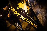 Frankfurt | 07 October 2016<br /> <br /> Am Freitag (07.10.2016) versammelten sich in Wetzlar etwa 80 Neonazis aus dem Umfeld der NPD, von neonazistischen Freien Kameradschaften, dem sog. Freien Netz Hessen und der Identit&auml;ren Bewegung zu einer Demonstration &quot;gegen &Uuml;berfremdung&quot;. Die geplante Demo-Route war von etwa 1600 Anti-Nazi-Aktivisten blockiert, daher wurde den Neonazis eine neue Demoroute durch Altstadt und Innenstadt von Wetzlar vorbei am Wetzlarer Dom zugewiesen. Auch hier stellten sich den Rechten immer wieder Aktivisten in den Weg.<br /> Hier: W&auml;hrend der Zwischenkundgebung der Neonazi-Demo steht ein Neonazi mit einer Fahne mit der Aufschrift &quot;Refugees not welcome - stay back or we'll kick you back&quot; vor dem Dom von Wetzlar.<br /> <br /> photo &copy; peter-juelich.com<br /> <br /> FOTO HONORARPFLICHTIG, Sonderhonorar, bitte anfragen!