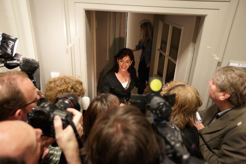 Nederland. Den Haag, 26 april 2012. <br /> Jolande Sap GroenLinks heeft akkoord van de fractie gekregen. VVD, CDA, D66, GroenLinks en ChristenUnie zijn met het kabinet een principe-akkoord overeengekomen over de begroting van volgend jaar.<br /> Men is als Tweede Kamer uit de impasse gekomen om voor mei een begroting voor 2013 op te stellen na de val van het kabinet Rutte van VVD, CDA en met gedoogsteun van de PVV van Geert Wilders. Crisisakkoord na mislukken ook van Catshuisberaad. 3% Financieringstekort.<br /> Het kabinet en de regeringspartijen VVD en CDA hebben in twee politiek gezien krankzinnige dagen met de oppositiepartijen D66, GroenLinks en de ChristenUnie een akkoord gesloten over bezuinigingen en hervormingen in 2013. Minister Jan Kees de Jager van Financi&euml;n koppelde als verkenner de vijf partijen aan elkaar en kreeg in nog geen 30 uur voor elkaar waar VVD en CDA met gedoogpartij PVV in 7 weken overleg in het Catshuis niet in waren geslaagd. Politiek, kabinet Rutte, kabinetscrisis, Catshuisonderhandelingen, Tweede Kamer, <br /> Foto : Martijn Beekman
