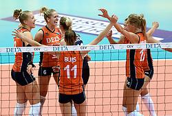 03-10-2015 NED: Volleyball European Championship Semi Final Nederland - Turkije, Rotterdam<br /> Nederland verslaat Turkije in de halve finale met ruime cijfers 3-0 / Femke Stoltenborg #2, Maret Balkestein-Grothues #6, Robin de Kruijf #5, Manon Nummerdor-Flier #12
