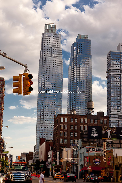 New York. twin towers, silver tower at river place on eleven avenue New york  / tours jumelles, silver tower at river place sur la onzieme avenue New York