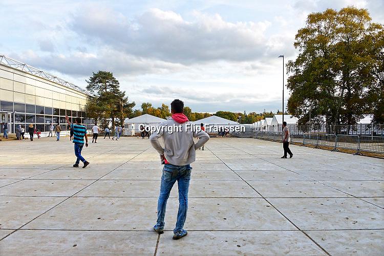 Nederland, the Netherlands, Nijmegen, 25-10-2015Kamp, tentenkamp Heumensoord, de tijdelijke noodopvang, azc, van het COA. Plaats voor 3000 asielzoekers.  Ook wordt er een schooltje opgezet voor onderwijs aan de kinderen. spelen, spel, spelletje, spelletjes, vervelen, verveling, tijdverdrijf, afleiding, afleiden, ontspannen, ontspanning,Er is veel verveling onder de bewoners. Een spelletje voetbal zorgt voor afleiding en ontspanning.FOTO: FLIP FRANSSEN