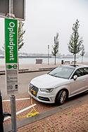 ROTTERDAM - Een oplaad punt voor elektrische auto 's in het straatbeeld van Rottterdam. opladen auto eletrisch op straat ROBIN UTRECHT