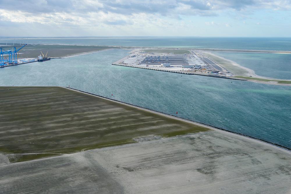 Nederland, Zuid-Holland, Rotterdam, 23-10-2013; Tweede Maasvlakte (MV2) met links Prinses Amaliahaven en rechts de Prinsen Alexiahaven. Aanleg nieuwe containerterminal van Rotterdam World Gateway (RWG) met diepzee kadewal voor ultragrote schepen. Geheel links aanleg APM Terminals (Maersk Line). <br /> New Maasvlakte (MV2), new harbour area Port of Rotterdam, artificial land.<br /> luchtfoto (toeslag op standard tarieven);<br /> aerial photo (additional fee required);<br /> copyright foto/photo Siebe Swart