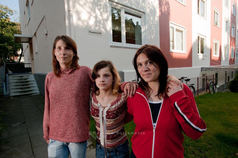 Viola Schu?rmann, Anna.Seiffe (rechts) und die.zwölfjährige Elena vor.dem Haus in Eilbek. Sie.waren froh, endlich eine.Wohnung in Hamburg.zu haben - doch dann.kamen Schimmel und.Nässe durch.